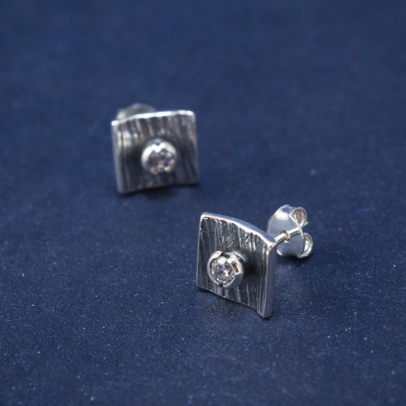 Fiksuojami šlifuoti sidabro auskarai su cirkoniu
