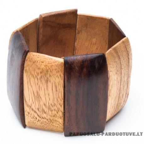 Medinė apyrankė ant gumelių